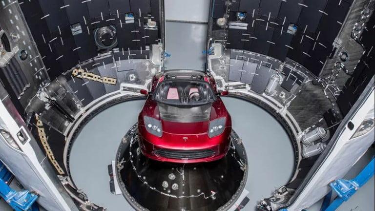 Elon Musk, Tesla Roadster'ı Mars'a Yolluyor