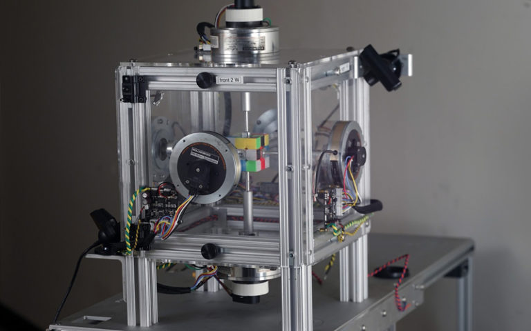 Rubik küpünü çözen robot! – Video