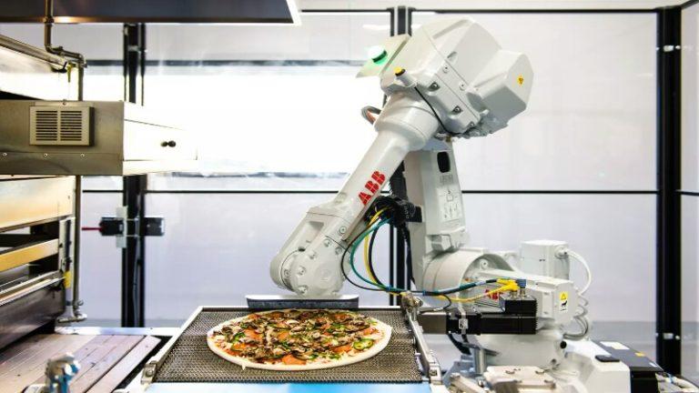 Zume Pizza restaurantında insanlar ve robotlar birlikte çalışıyor