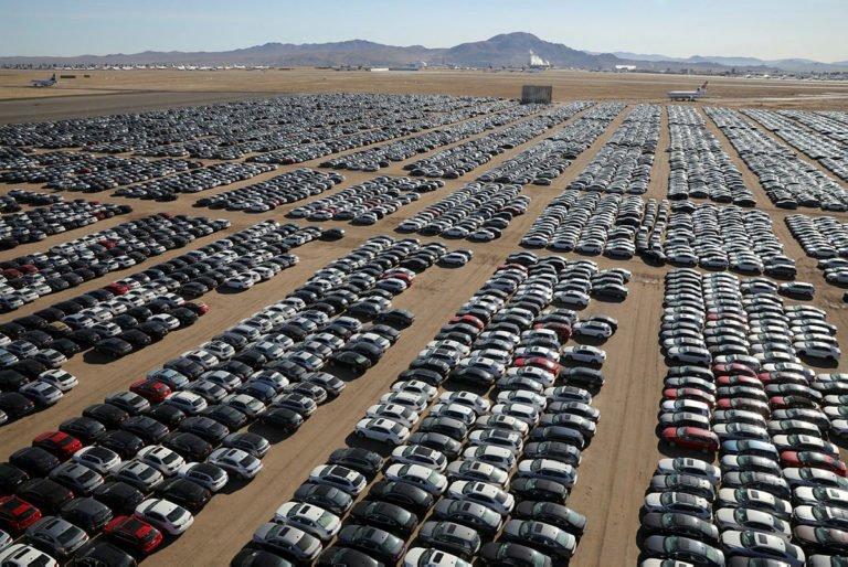Volkswagen satamadığı otomobilleri koyacak yer bulamıyor!