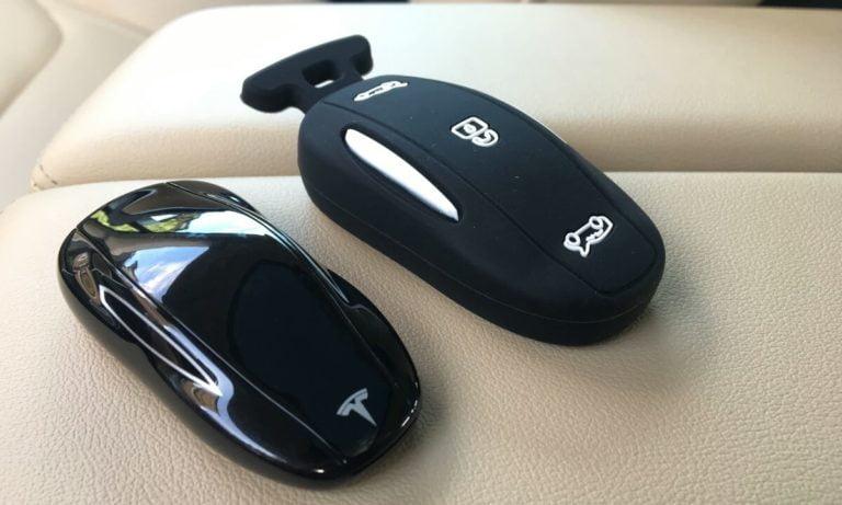 Tesla arabasının anahtarını ameliyatla koluna ekledi