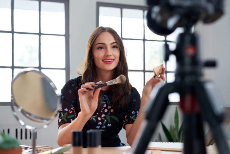 YouTube ruj denemek isteyen kadınlarla dolacak