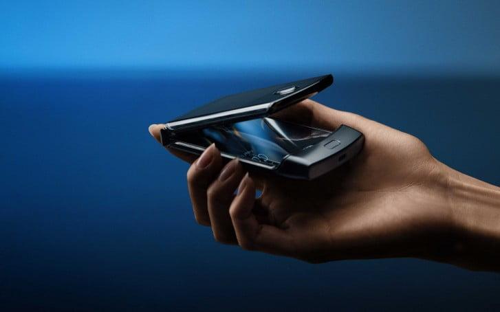 Motorola Razr satışa sunuldu! Ama telefon gıcırdıyor!