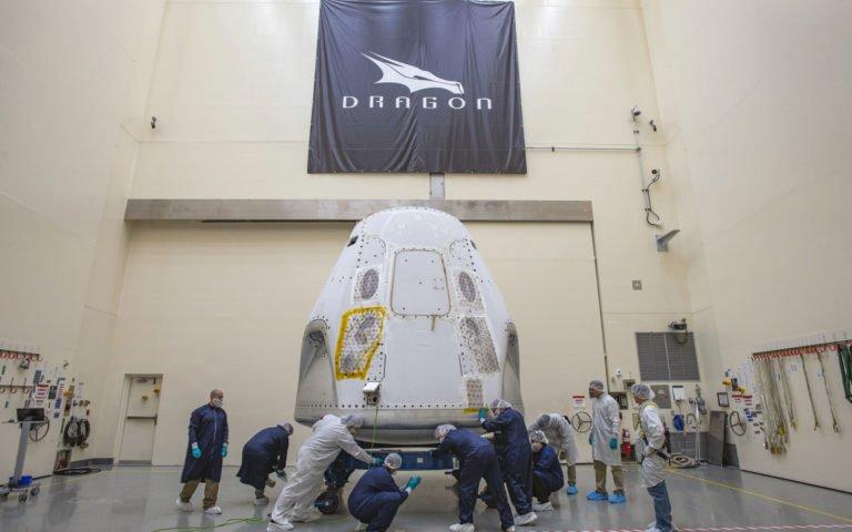 SpaceX Crew Dragon gemisini fırlatma rampasına yerleştirdi