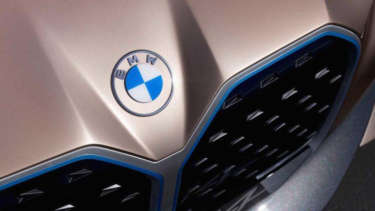 BMW logo değişikliğine gitti! Yeni logo daha düz görünüyor!