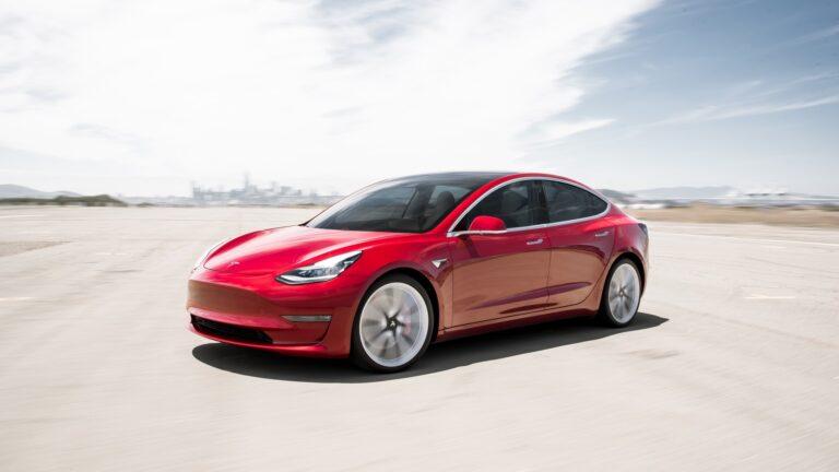 Tesla sürücüsü uyuduğu için ceza aldı