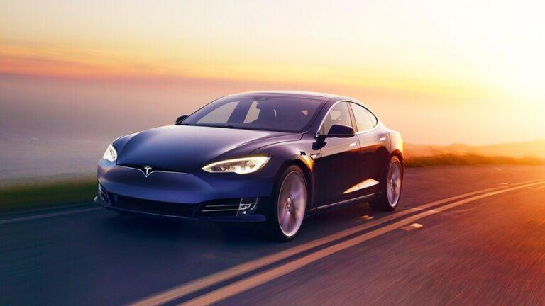 Tesla aracı adam kaçırma suçunu engelledi: Polis gibi otomobil