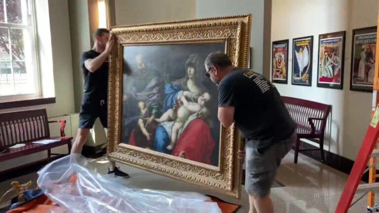 Kilisede gezerken kayıp bir tabloyu buldu!